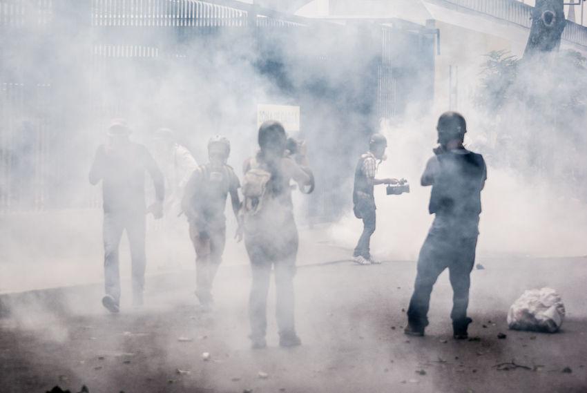 Venezolanos de la oposición se enfrentan a la policía, llevan 79 días de protestas en contra del gonierno de ese país. Esta foto fue tomado durante una protesta contra la policía en la ciudad capital de ese país. Journalism Venezuela Protest Crisis Demonstrators Police Protest Protesters The Photojournalist - 2017 EyeEm Awards EyeEmNewHere Fresh on Market 2017