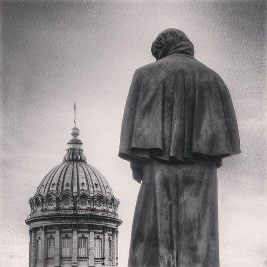 памятник гоголь плащ казанский соборНевскийпроспектархитектураПетербургСанктПетербургПитерarchitecturecitySaintPetersburgRussiaGogolKazanskycathedralorthodoxchurchcross