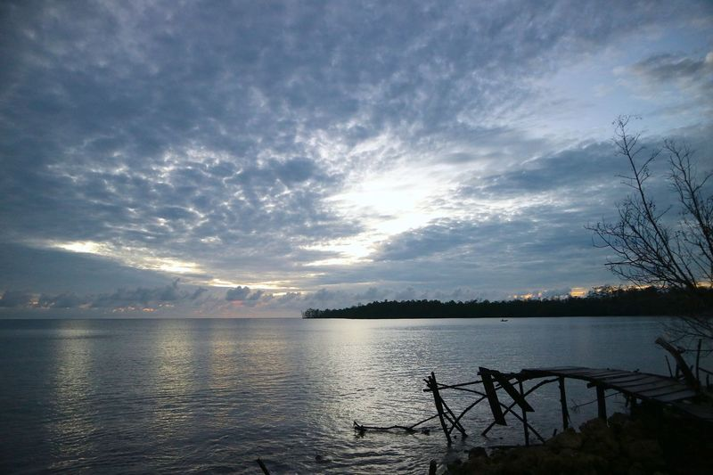 The rhythm of the waves of the sea of siberut ... Manaikoat cottage is where we dove and be happy in the morning and grateful to feel the amazement of the handmade of the Lord of our nation Indonesia, where we can enjoy the beautiful sunrise on the east of the island, the sea view of siberut island, is the charm The beautiful islands mentawai which is a group of western islands of western sumatera province, its beauty is very dangerous, when standing and see the angle of sea view hence this attention very charming beautiful. Photos and text by James a Watulingas. Boat Canon Canon Eos  Canon M3 Canonphotography Fishing Fishing Boat Sea Seascape Sky And Clouds Sunrise