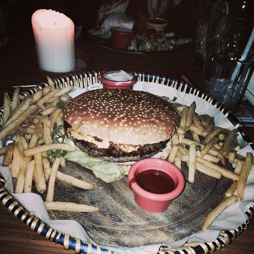 Smokin' Joe... #mahlzeit Aixlachapelle Food Smokinjoe Essen Chips Hamburger Burger Foodporn Aachen Mahlzeit CheeseBurger Frenchfries Sausalitos Pommesfrites