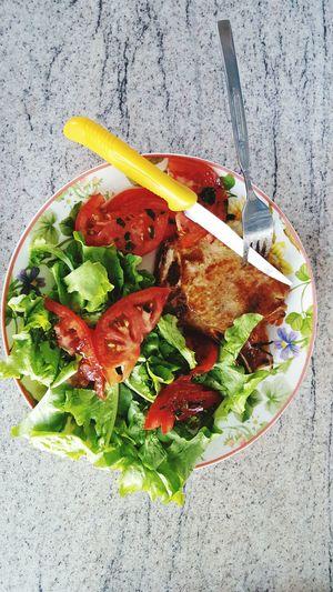 Food And Drink Food Salat🌿 Tomato Vegetable Salate Lecker🍴 Lecker Gesund :) Lecker 😋 Lecker Essen  Leckerschmecker Tomatoes Lecker Leckerlecker Lecker Essen  Nature Tomaten Fleisch Gabel Messer