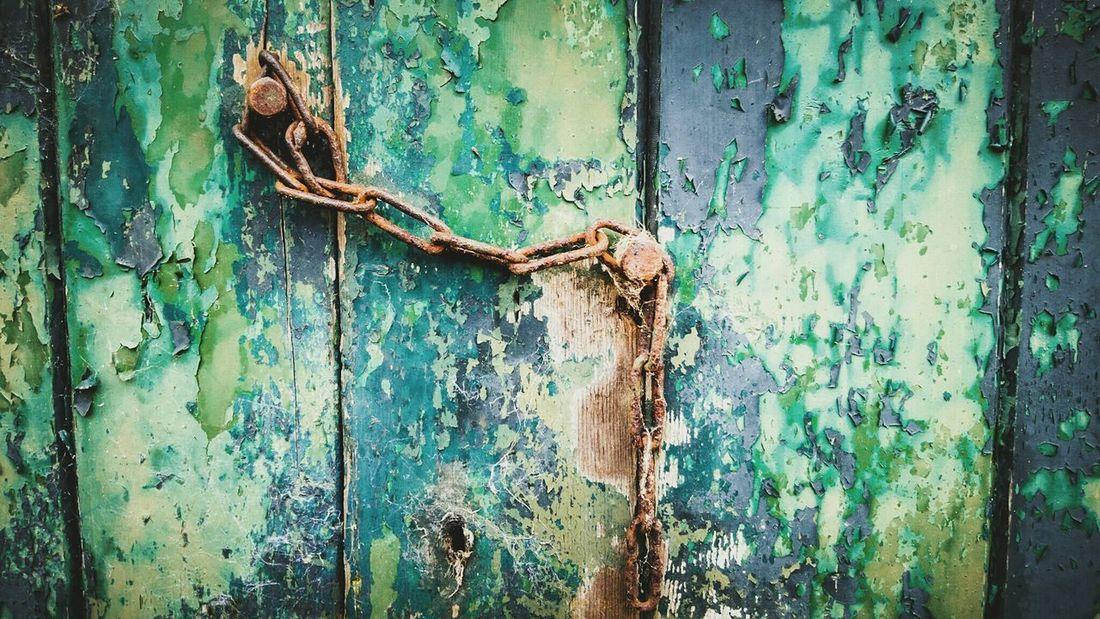 Rusty chain on a old barn door Taking Photos Bad Condition Weathered Oldpaint EyeEm Tadaa Community Chain Green Rusty