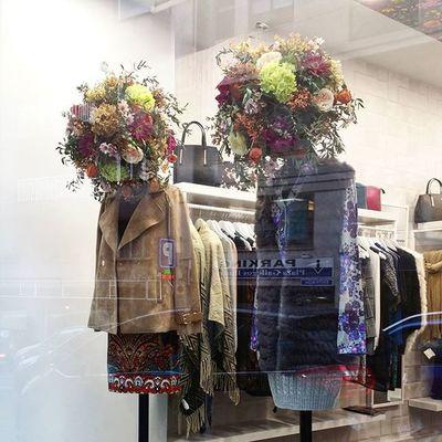 Hace unas semanas Nisse abrió su boutique de moda mujer en la calle pintor Laxeiro de Vigo y los encargó estas dos cabezas florales para sus maniquíes. Por si os interesa la tienda se llama picaflor y desde aquí le deseamos muchísimo éxito. Picaflor Moda Windowdisplay Windowdresser WindowDressing Vitrina Vitrine Déco Decoration Flores Flowers Fleurs Fiori Blumen Flowerhead Cabezadeflores Vigo SPAIN Galifornia Instavigo Lovemyjob