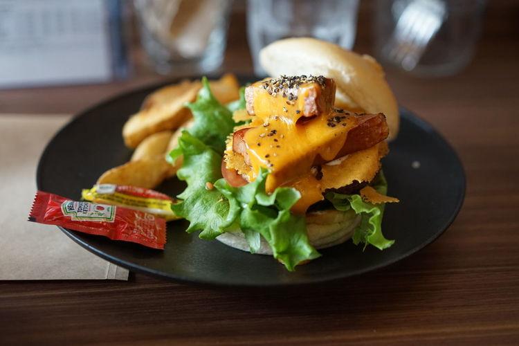 ハンバーガーFood Plate Gourmet No People Close-up Table Ready-to-eat Indoors  Hamburger Freshness