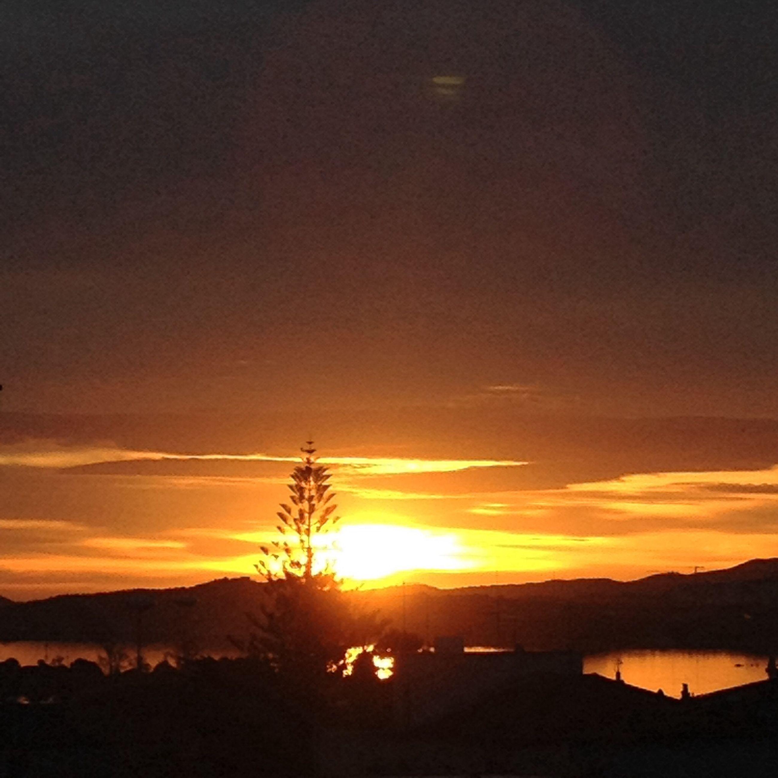 sunset, sun, silhouette, tranquil scene, scenics, tranquility, sky, beauty in nature, sunlight, nature, idyllic, orange color, mountain, cloud - sky, sunbeam, landscape, tree, cloud, lens flare, outdoors