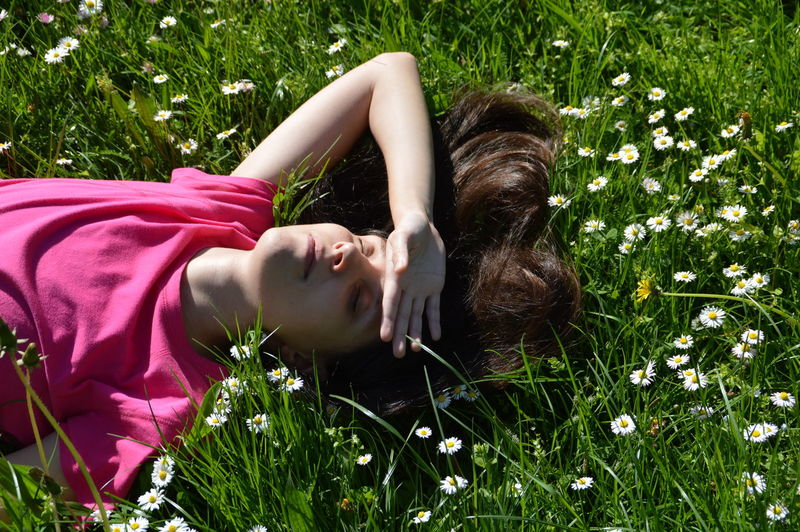 Let Your Hair Down Outdoors Nature Woman Grass Spring Flowers Daisy Young Women Hair Grassy Green HEAD The Essence Of Summer Eyeemphoto My Year My View Women Around The World
