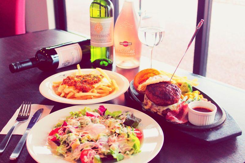 洋食 ダイナー サラダ ポテト ハンバーグ ワイン