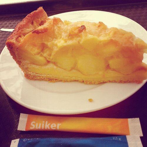 Keukenhof 2日目にしてパンに飽きたので今日のお昼はアップルパイ〜😁