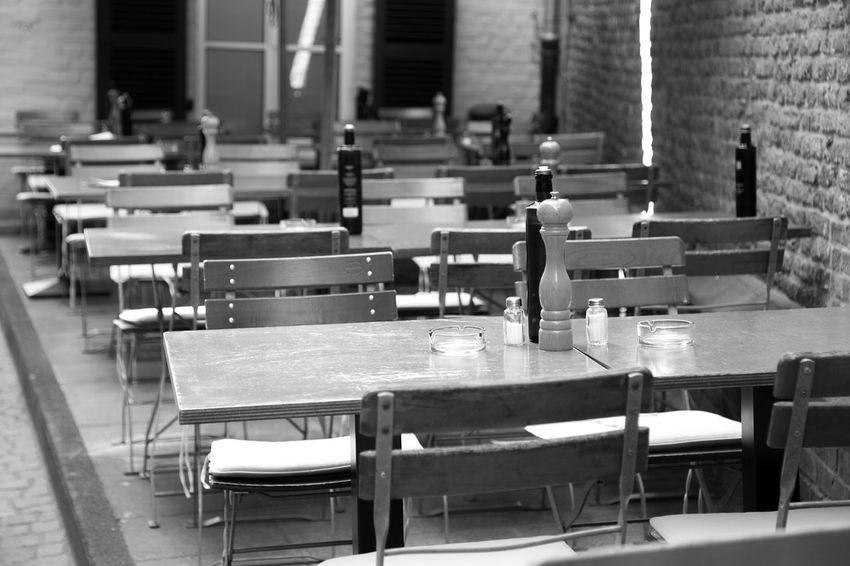 Düsseldorf, Germany Deutschland Düsseldorf NRW Arrangement Bnw Chair Empty Frei In A Row Leer No People Restaurant Schwarzweiß Seat Table Tote Hose