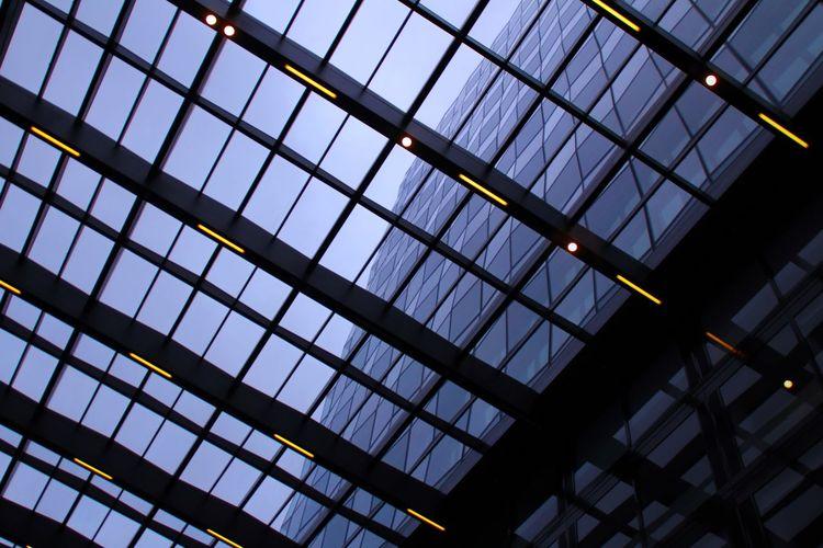 💼 Blau Licht Gebäudekunst Gebäude Und Himmel Gebäude Architektur Gebäude Low Angle View Modern Indoors  No People Window Built Structure Architecture Day Sky