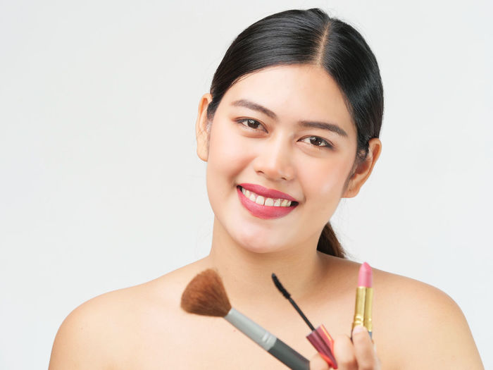 Portrait Studio Shot Smiling White Background One Person Looking At Camera Indoors  Front View Young Adult Headshot Happiness Holding Young Women Lifestyles Women Make-up Brush Copy Space Emotion Adult Beautiful Woman
