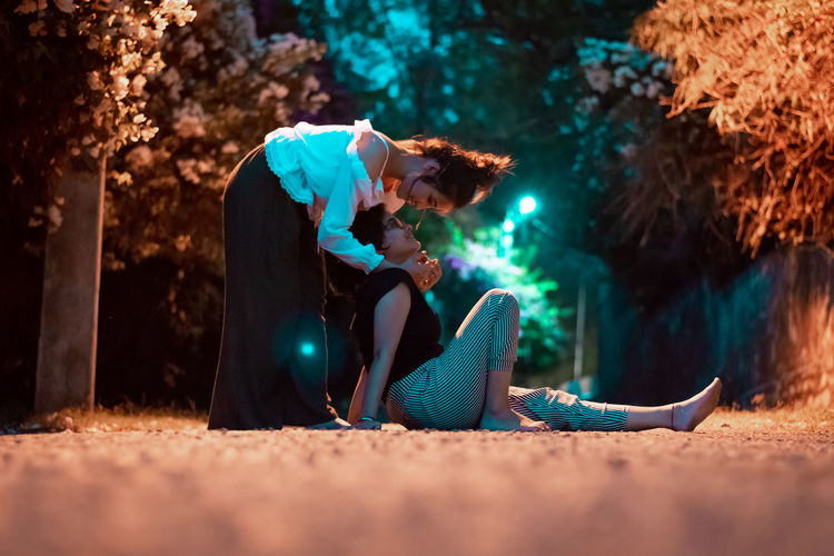 Bonding Friendship Bonding Love Portrait Story Streerportrait EyeEm Selects Full Length City Happiness Adventure Period Costume Sitting Couple Friend Falling In Love Kissing