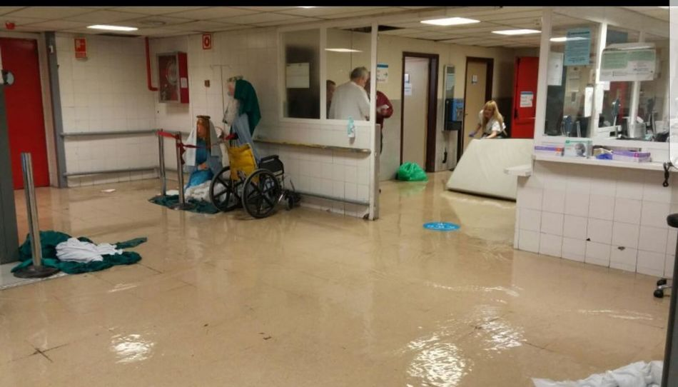 hospital la paz inundado 112 911 Urgencia Urgencias Urgency Emergency Emergencia Emergencias Inundacion Inundaciones Agua Anegada Lluvia Rain Water Indoors  People Adult Women Men Full Length Day