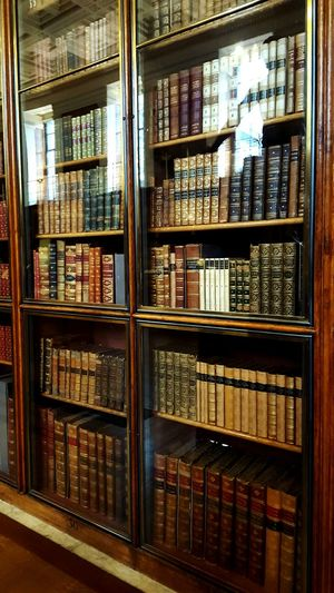 Shelf Indoors  Bookshelf Library Old Histroy  Historic Relic Relic British Museum Museum Artifacts Museum Archival Tourist Attraction  Books Must Have History Books Lieblingsteil