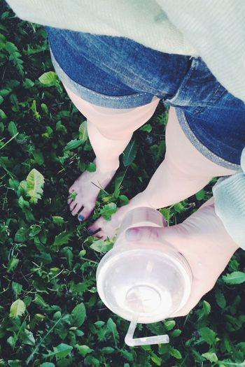 ноги шорты Гуляю коктейль трава босиком