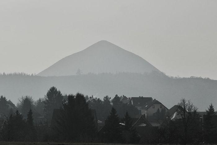 Nicht in Afrika, in Deutschland steht diese Pyramide. Auch einen verstorbenen Pharao beherbergt sie nicht. Unter der Erde wurde das Material für dieses Bauwerk gewonnen. Es störte bei der Suche nach edleren Materialien und wurde hier aufgehäuft. Bergbau Sangerhausen Winter No People Day