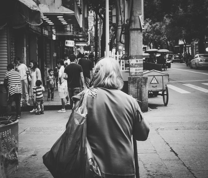 《alone》By Sony a6000|拍自己想拍的 City Street City City Life People Women Streetphotography City Sonyphotography Film China Sony EyeEm China Sony A6000 Monochrome Black & White Person One Person Black And White Nature