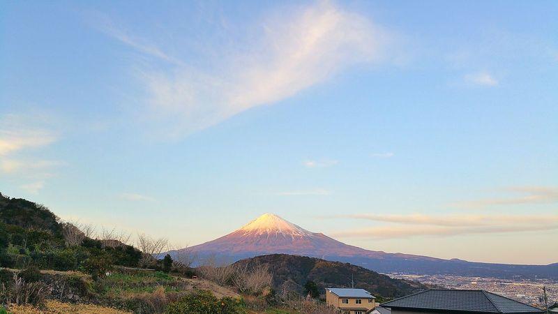 今日、夕方の富士山。毎日、暖かかったり寒かったり、気をつけないと体調を崩しそうな陽気ですね。先程、17時30分頃の我が家からの富士山です。もうすぐ富士山の日!そしてもうすぐFuji Sky Viewのグランドオープンの日です!! 富士川SA付近にある我が家の近くには、カメラマンが沢山来ています。綺麗な富士山が、たくさんの方々に見ていただけること、とても嬉しく思います。 富士山 Mt.Fuji 富士川SA 富士川楽座 富士市 Fujicity 富士山の日 富士川観覧車 夕焼け Sunset フジスカイビュー FujiSkyView Hello World もうすぐオープン