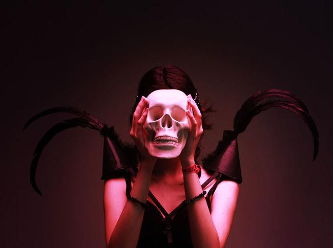 Photo: Aline Borovina Prodution: Thaissa Ferreira Blackandwhite Dark Darkfashion Fashion Fashion Editorial Fashiongothic Feathers Gothic Skull