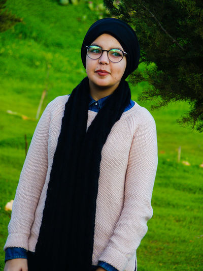 Eyeglasses  Portrait Green Color Grass Front View Young Adult People Standing Women Hijabfashion Hijabbeauty Hijab Only Women One Young Woman Only Hijabista Beauté Casual Clothing Hijabstyle  Beautiful Woman  Girl Beauty One Person Real People Outdoors