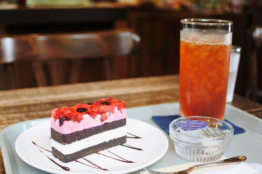 函館 元町茶寮 ケーキセット (ベリーケーキ+アイスティー) 教会郡の中にあるおしゃれなカフェ。店内にはjazzが流れ 女性店主の趣味かネコ系の本や雑貨が所々においてある。とても美味しかったです、また来たいと思います。 Cake 函館 Hakodate Cafe 元町茶寮 Food And Drink Sweet Food Sweet Dessert Food Freshness Drink Table Refreshment Glass Plate Drinking Glass Ready-to-eat Household Equipment Cake Fruit Serving Size Indulgence Indoors  Close-up