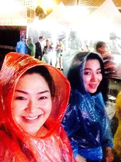Real People Happiness Fun Smiling Girls Two People Friends ❤ Funny Rain Concert Out Door Rainbi Korean