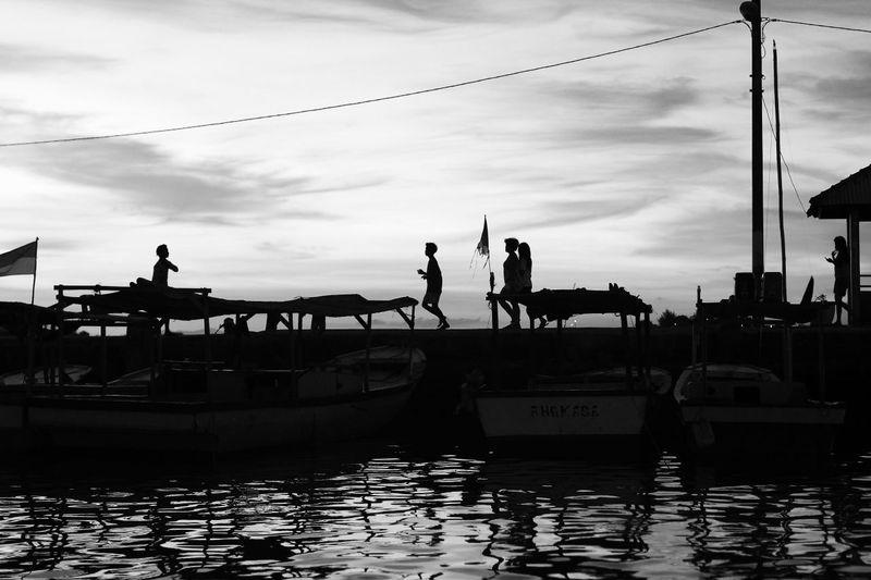 Streetphoto_bw Blackandwhite Black&white Streetphotography Harbour INDONESIA Pulauharapan Peoplephotography Beachphotography