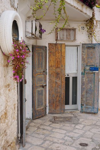 A street in Polignano a Mare, South Italy Flower Door House Home Homedecor Homedesign Exterior Design Exterior Selfmade Doityourself White Street Streetphotography Street Photography Streetphoto Italy Italia Southitaly