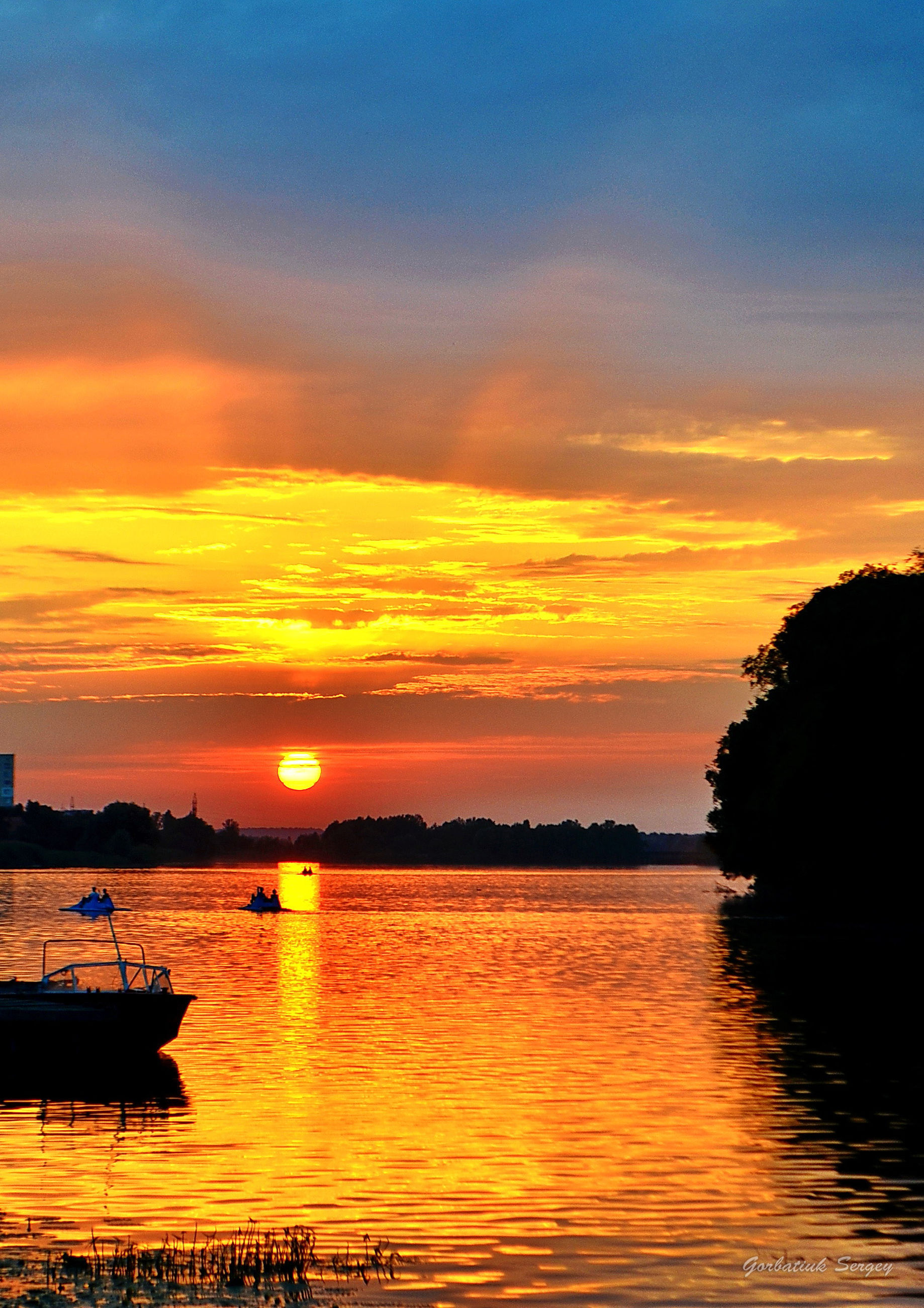 sunset, water, scenics, orange color, tranquil scene, sky, beauty in nature, tranquility, silhouette, sea, idyllic, reflection, nature, waterfront, cloud - sky, sun, nautical vessel, cloud, dramatic sky, moody sky