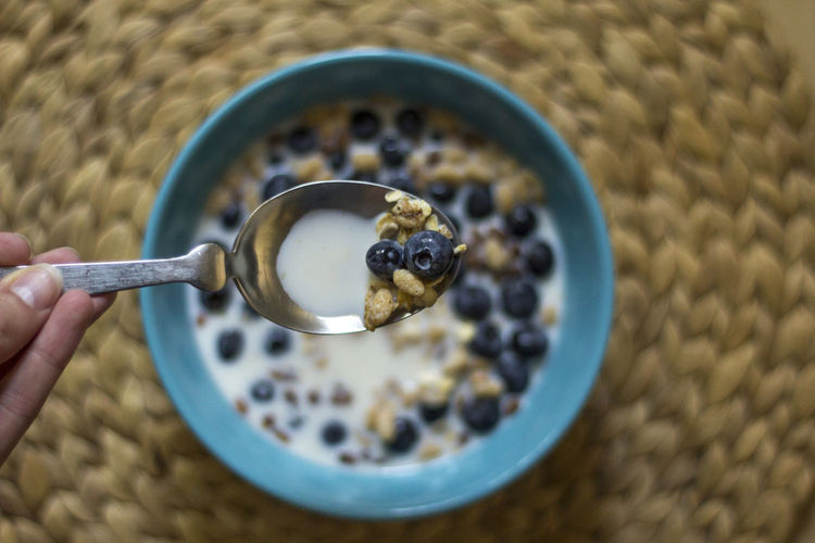 CLOSE-UP OF CEREAL WITH BLUEBERRIES