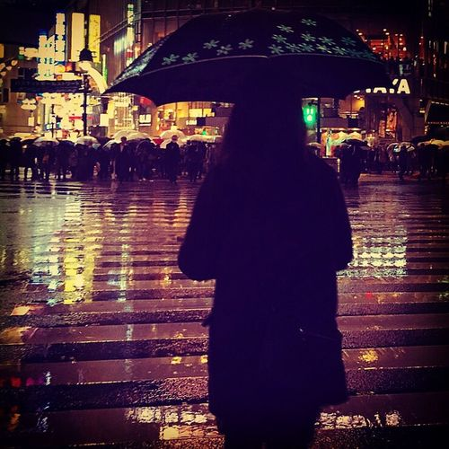 Shibuya Shibuyacrossing Tokyo Drift Tokyo Japan Rainy Night Rainy Nights Strangers Everyday People Cities At Night Feel The Journey Original Experiences Ultimate Japan