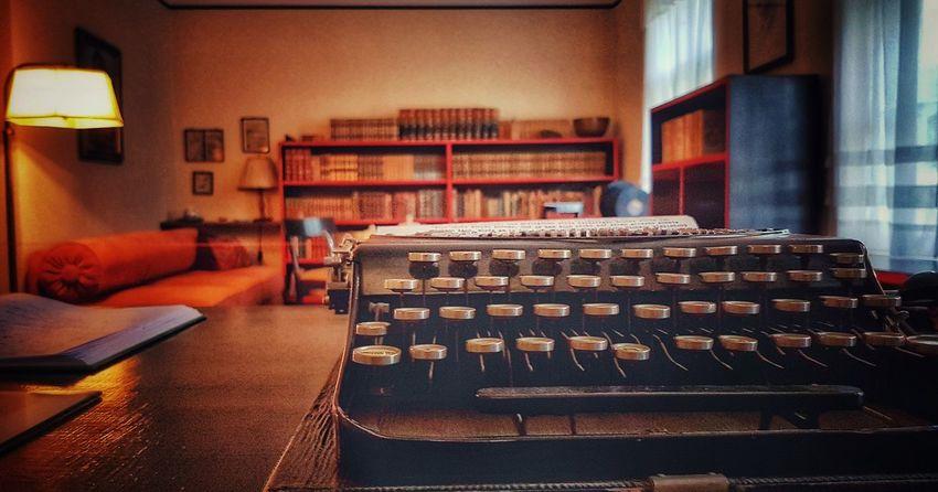 Das Haus des Dichters Indoors  Chair Bookshelf Music No People Day Interieur From My Point Of View Wohnen Schreibmaschine