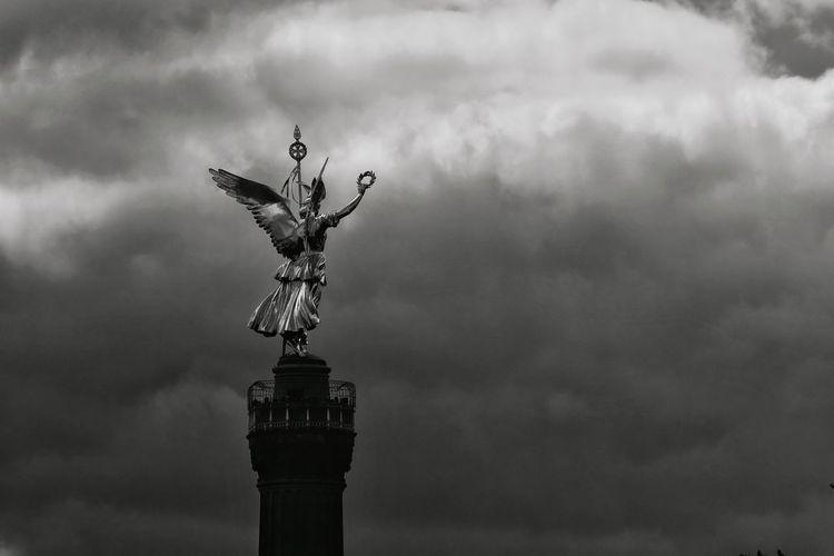 Goldelse im Wolkenhimmel ☁️🗽☁️ Siegessäule  Siegessäule Berlin Berlin Berliner Ansichten Berlin Photography Goldelse Wolkenhimmel Wollken Statue Clouds Schwarz & Weiß Black And White Statue Sky Cloud - Sky Sculpture Human Representation Angel