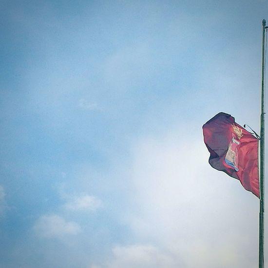 Bandiera a mezz'asta in segno di lutto Livorno Leghorn Black Ribbon Blue Sky Fluttering Flag Flag Pole