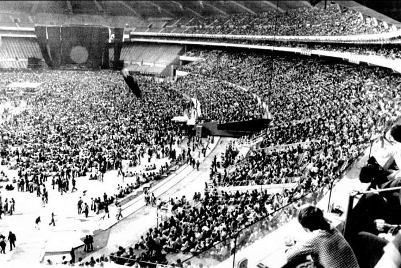 large group of people, crowd, real people, high angle view, spectator, audience, lifestyles, fan - enthusiast, stadium, enjoyment, togetherness, leisure activity, men, cheering, women, outdoors, day, sport, people, applauding, adult, adults only