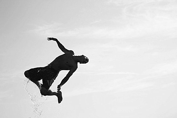One Person Jumping Real People Sky Outdoors Day People EyEmNewHere Young Adult Clear Sky Water Water Reflections Splashing Splash Splashing Around Splashing Water Outdoor Activity With Friends One Man Only Men Men Jump Springen Spritzen Herum Spritzen Wasser Flying High