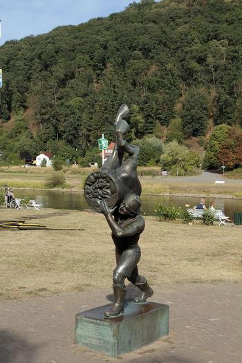 in Erinnerung an Baron Münchhausen Point Of View Point Of Interest Bodenwerder Weser Weserbergland Münchhausen Graf Lügen Lügenbaron Polle Water Tree Sculpture Statue Dragon Art And Craft Sky Idol Human Representation Flowing Water