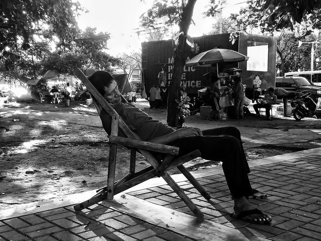 Sarap ng tulog ni Manong. Eyeem Philippines EyeEm Philippines Manila Meetup EyeEm Manila Streetphotography Sunday In Manila Photowalking Manila Mobilephotography Mobilephotographyph This Is Philippines Capture The Moment My Country In A Photo Everyday Philippines Mobilephotographyphilippines Taking Photos Blackandwhite Street Photography Streetphoto_bw Bw_collection The Street Photographer - 2016 EyeEm Awards EyeEm Philippines: Our Independence Day 2016 Some Filipinos take their freedom for granted and use the sidewalk as their home. Enjoy The New Normal Embrace Urban Life