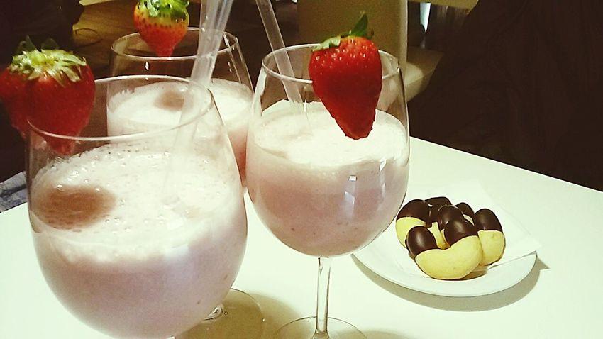 Fruit time. .. Fruitporn Fruitshake Strawberries Relaxing Time Friends Eat More Fruit Fresh Fruits