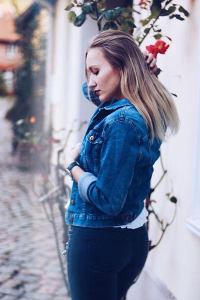 Side View Young Women Fashion Danielwellington