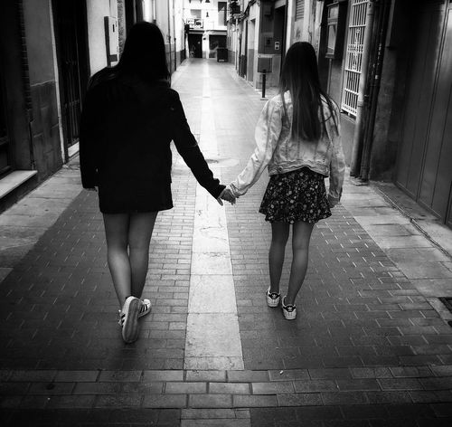 amigas Blackandwhite Photography Streetphotography City Togetherness Girls Child Rear View City Life Childhood Friend