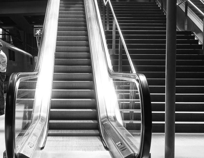 Bahnhof Bahnsteig  Blackandwhite Escalator Monochrome Rolltreppe Scwarz/weiß Staircase Stairs Steps Train Station Treppe
