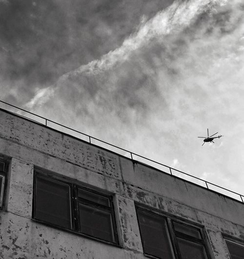 Тлен Helicopter Low Angle View Sky Cloud - Sky Air Vehicle Architecture Built Structure Building Exterior Transportation Airplane Flying Mode Of Transportation Aerospace Industry Nature No People Day Building Outdoors Travel Mid-air Window EyeEmNewHere