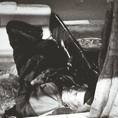 Malam ini si bapak tidur lelap di bawah pohon, pinggir jalan, stasiun Tebet. Jakarta Sesuatu Bw