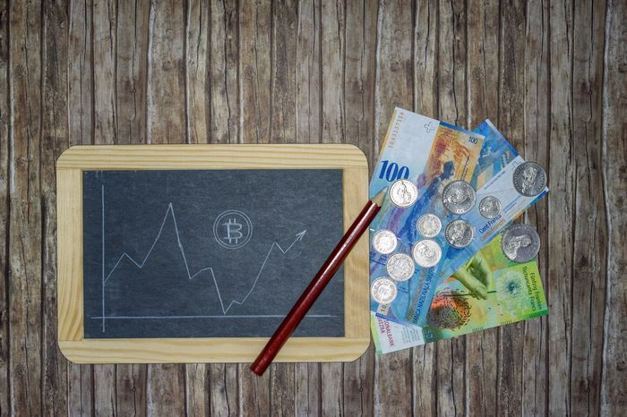 Bitcoin course on chalkboard with creed pencil drawn on wooden background with banknotes, money coins and pencil - Bitcoin Course Real Time Decline Rise Fall Sway Slate Wallboard Blackboard  Chalkboard Chalk Pen White Background Wood Structure Repeat Lines Pattern Digital Coin Payment System Money Unit Money Remittance Transfer