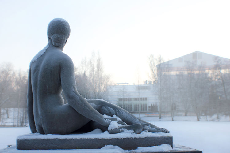 Istuva nainen - Viktor Jansson, Sorsapuisto, Tampere, Finland Adapted To The City Cold Cold Temperature Day Frost Huurre Istuva Nainen Kylmä Lady Lumi Nainen Outdoors Patsas Paiva Sitting Lady Snow Sorsapuisto Statue Talvi Tampere Viktor Jansson Winter