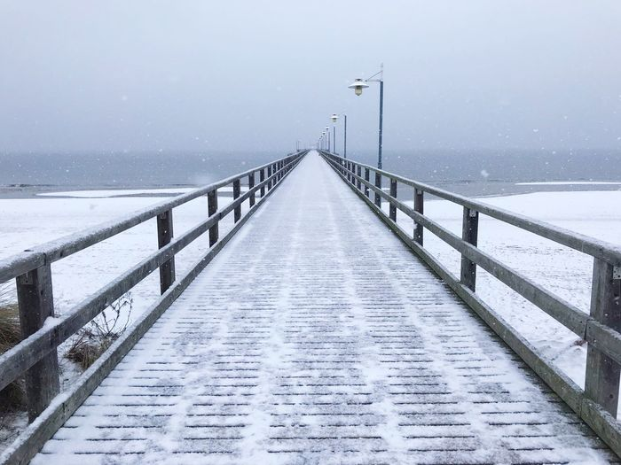 Snowy Bridge to Infinty Seebrücke Symmetrical Deutschland Baltic Sea Germany Mecklenburg-Vorpommern Maritime Germany Snow Winter Cold Temperature Water The Way Forward Nature Sky Scenics - Nature No People Built Structure Outdoors Snowing Direction Railing Tranquility Pier