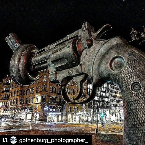 Repost @gothenburg_photographer_ with @repostapp ・・・ 🔫📷 Freedom Giveus World Nowar War Peace Perfect Picture Nofighting Love Colors Beautiful Gun Statue Gothenburg Sweden Tagsforlikes Like4like Likes Streetphotography Streetphoto City Frihet Världen perfekt bild gbg göteborg @exaperture @gothenburg_sweden repost