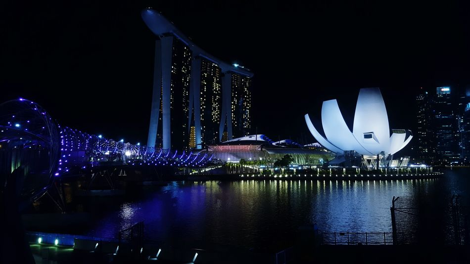 Marina Bay Sands at night Thecoloroftechnology Singapore Marina Bay Sands Streetsofsingapore Architecture International Landmark City Life Nightphotography Night View Samsungphotography