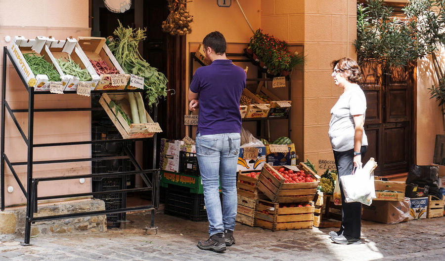 fare la spesa Real People Food Lifestyles Full Length Casual Clothing Food And Drink Leisure Activity People Vegetable Market Day Healthy Eating Retail  Architecture Adult Women Built Structure For Sale Outdoors Buying Street Photography Streetphotography Fare La Spesa